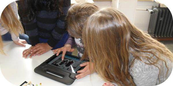 Schülerinnen am Tablet