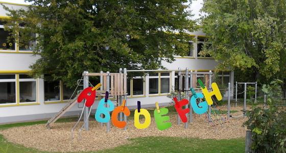 Schule mit Buchstabenleine